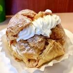 カトレア - シューパイ@ハードなパイシューにカスタードと生クリームのたっぷりダブルクリーム。重量級