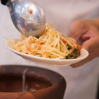 タイで10年以上修業したタイ人のシェフがお届けする本格的な味