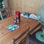 海人の家 - 入口付近のテーブル席