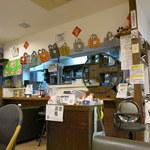 浅草豆花大王 - 店内。さて、「打倒! 杏仁豆腐!!」はどこにあるでしょうか?