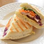 ポコイ - 自家製スモークチキンとラクレットチーズのパニーニサンド
