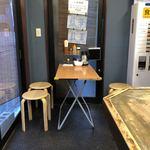 藍華 - ビルの1Fにあるこじんまりしたお店。中に入ると4人がけテーブル席1つとカウンター8席で、まだお客さんは2人ほど。 食券買ってカウンターに座り待ってると、段々お客さん入ってきてスグいっぱいに!