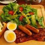 エールカフェ - かりかりベーコン・ソーセージ・ゆでたまご・サラダ