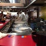 90266654 - ぐらぐら煮えたぎる鍋の向こうは蜃気楼みたい(笑)お店で働く方も大変ですね