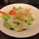 いきなりステーキ - カウンターに戻ると先ずは注文したライスとミニサラダセット350円のミニサラダが運ばれて来ました。