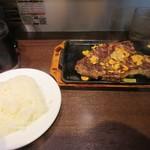 いきなりステーキ - ステーキが焼きあがるとご飯と一緒にカウンターに運ばれて来ました。