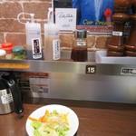 いきなりステーキ - カウンターには様々な調味料が置いてあるんで好みの味付でいただけます。