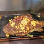 いきなりステーキ - 私はホットステーキソースをかけていただきましたが流石に300gはボリュームたっぷりのステーキですね。