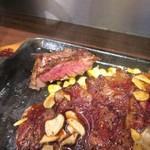 いきなりステーキ - 焼き方はレアでお願いしましたが熱々に焼かれた鉄板の上で好きな焼き上がりに調整出来ます。