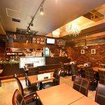 スコールカフェ  - シックで落ち着いた店内は、歌舞伎町の喧騒を忘れることができる。