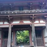 かやの木 - 敷地内の久安寺「桜門」国指定重要文化財