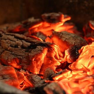 伝統的であり日常的な何世紀も変わらない料理法、薪火焼き。