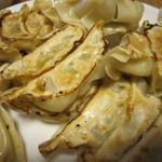宇都宮餃子さつき  - お皿に盛り付け(というか、ぶちまけてます)
