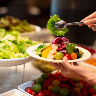 【ランチ】色鮮やかで種類豊富なサラダ&デザートブッフェ