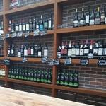 Paul Bassett - 壁にはワインボトルがいっぱい