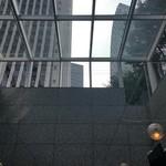 Paul Bassett - NYっぽい天井がガラス窓。新宿の高層ビルが見える
