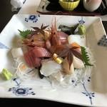 御宿 浜辺屋 - 夕食 刺し盛り 皮付き湯引き真鯛が美味かった。
