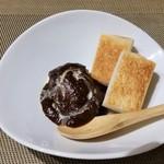 90318173 - 和風シチュー。八丁味噌を使っています。横にはトーストされたパンが添えられています。