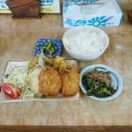90324792 - イワシフライと野菜の天ぷら、ほうれん草のお浸し、ごはん大、漬物
