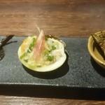 紅紅火火 - 前菜:左から蒸鶏の黒ゴマ・蛤のねぎ塩ソース・枝豆の鷹の爪と八角