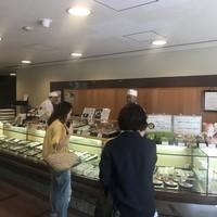 塩瀬総本家-店内には大きなカウンター