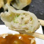 博多らーめん 濱田屋 - 中の餡はお肉中心で熱々ジューシー!ぴゅっと!飛び出るような勢いで肉汁が飛び出してくるので食べる際には注意が必要です!