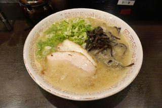 博多らーめん 濱田屋 北千住店 - まずは「ラーメンが」先に完成。麺の硬さは硬めをチョイスしてみました。