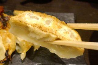 博多らーめん 濱田屋 北千住店 - 「おどど餃子」は、香ばしそうな焼き目が特徴的な焼餃子で、ちょっぴり見た目よりも重たさを感じるのが特徴的!