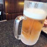 とんかつ マンジェ - 二番手の常連様が注文した生大ビール(1,000円込み)!もの凄い量でビックリ!とんかつとビール最高ですね。
