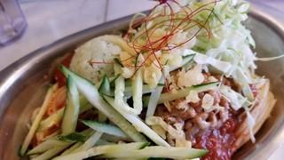 立ちスパ アッパーカット - 冷や盛りミート+緑のマッシュポテト+天かす納豆