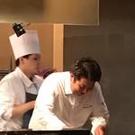 レストラン ラリューム - 調理中の進藤シェフ