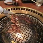 焼肉ブルズ亭 - はさみでカット(^^)