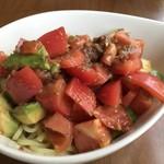 カメイノ食堂 - 冷やし中華 極太麺がトマトの下