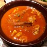 ベルサイユの豚 - 若鶏と根菜のケイジャントマト煮込み