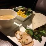 GRAND HOURS - 家族のビュッフェ。野菜スープをチョイス