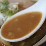 進化系煮干しラーメン めんくれる - スープ