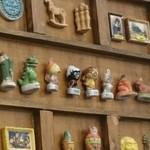 アルカション - お店のなかに飾ってあった…真ん中にあるのは昔流行ったカリメロというアニメのキャラクター(アニメのタイトルは不明)