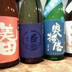 IZAKAYA混 - 左から美田(福岡)800円、若波(福岡)800円、奥播磨(兵庫)850円、冩楽(福島)800円。一合の価格です。  特におすすめは若波です。  女性杜氏の造る甘味のある日本酒♪