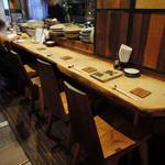 れんげ料理店 - 店内 テーブル4卓、カウンター7席ほど