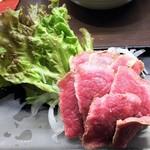 焼き鳥カフェ 鶏小屋 - 静岡産牛たたき1200円。