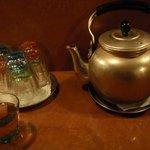 八幡だんちょうてー - やかんに入ったお茶でのどを潤す♪