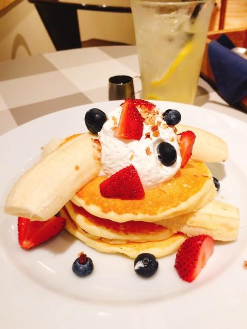 J.S. PANCAKE CAFE ルミネ立川店 - ストロベリーバナナパンケーキ (+ハニーレモネード)