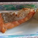 日本料理松風庵 - 熱々の鮭と玉子焼き