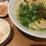 Thai Food Lounge DEE  - グリーンカレーラーメン (´∀`)/ L セット 激辛 パクチーを頼み 乗せた (無料トッピング)