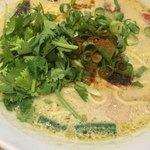 Thai Food Lounge DEE  - グリーンカレーラーメン (´∀`)/ L パクチー乗せ ライム絞り