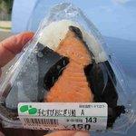 八幡すしべん - 料理写真:手むすびおにぎり鮭¥150