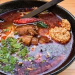 MOOGA - 麻辣米線 大辛 熱いうちに吸い込むとむせます。顔に撥ねたら皮膚が痛い!でもラー油の下で旨味が馴染んで白濁したスープと米麺がマッチして最後まで美味しくいただきました。量も多くて満足すぎました。
