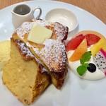 90433311 - フルーツとアイスクリームが添えられたフレンチトースト。ソースはオレンジカラメルをチョイス。