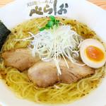 べらしお - こくまろの塩そば&醤油そば780円…野菜をじっくり炒めて作ったこがし油の深いコクとまろやかなスープ。