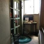 マーチンカフェ - 2階にある入口